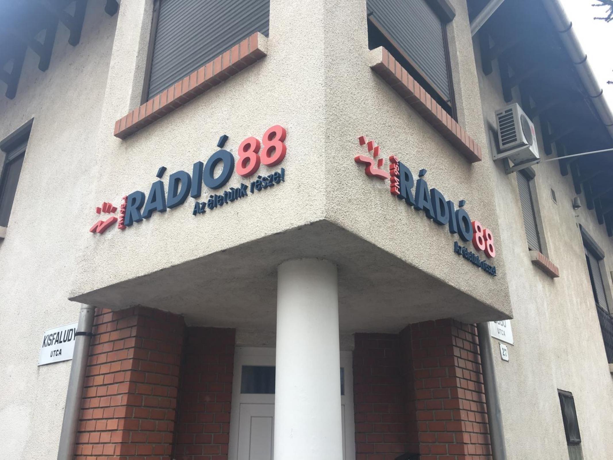 Rádió 88 Logó csere